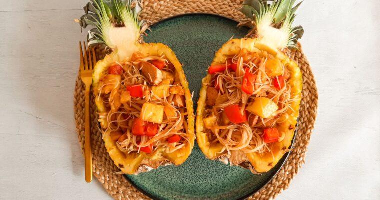 Gevulde ananas met mihoen en kip