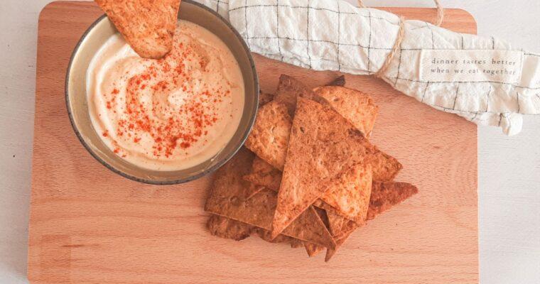 Gezonde tortilla chips met hummus dip