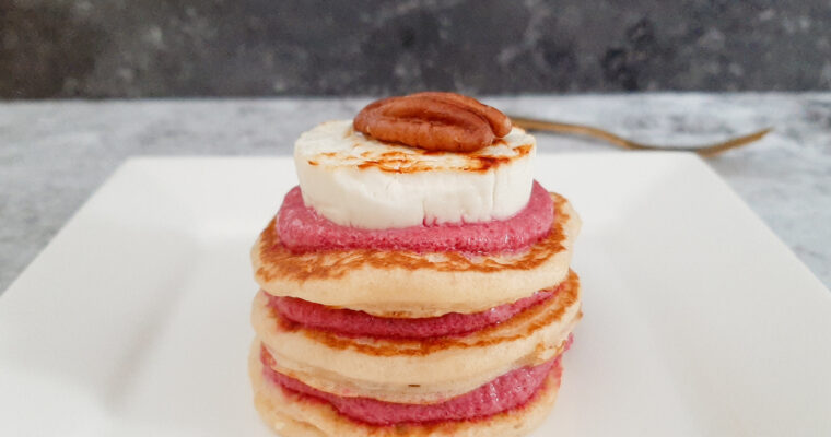 Blini's met bietencrème en geitenkaas