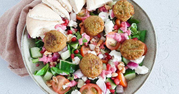 Kleurrijke falafel salade