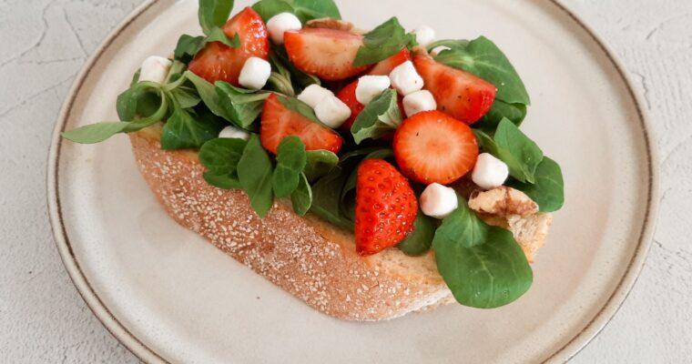 Toast met aardbei salade